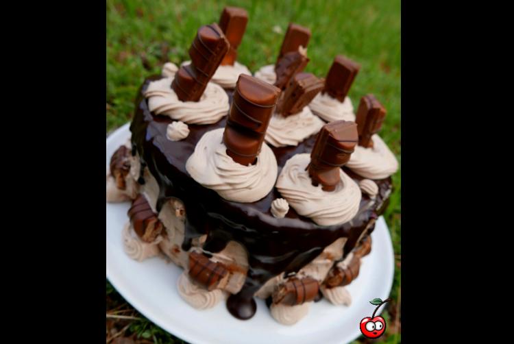 Recette du Layer Cake aux Kinder Bueno par Caporal Cerise (caporalcerise.fr)
