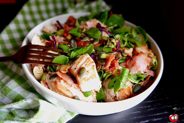 Recette de la salade de poulet bacon et avocat par caporal cerise (caporalcerise.fr)