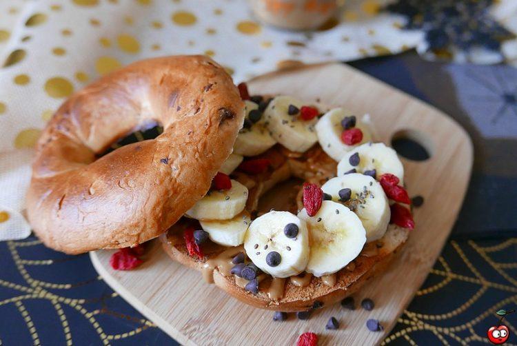 Recette du bagel sucré banane beurre de cacahuète goji par caporal cerise (caporalcerise.fr)